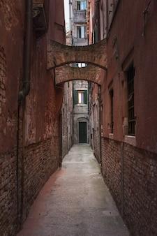 Disparo vertical de un estrecho callejón en venecia, italia