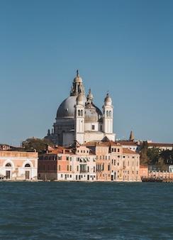 Disparo vertical de la famosa basílica de santa maría en venecia, italia