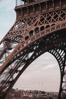 Disparo vertical de la famosa torre eiffel en parís, francia