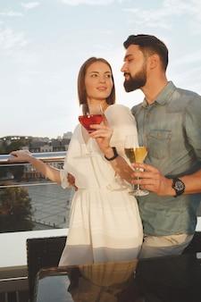 Disparo vertical de una hermosa mujer caricias con su guapo novio en la terraza del bar