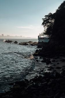 Disparo vertical de la hermosa puesta de sol en la playa