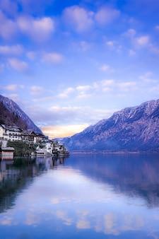 Disparo vertical de la hermosa región de hallstatt en austria