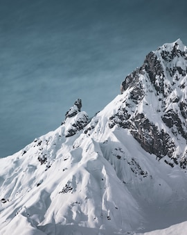 Disparo vertical de los hermosos picos de las montañas cubiertas de nieve
