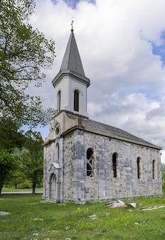 Disparo vertical de una iglesia ortodoxa en stikada, croacia