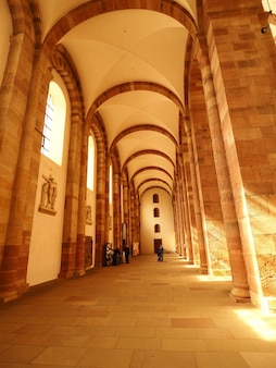 Disparo vertical del interior de la catedral de speyer en alemania