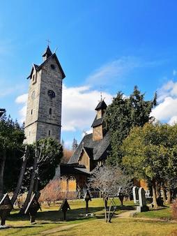 Disparo vertical de un jardín detrás de la iglesia wang en karpacz, polonia
