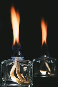 Disparo vertical de las llamas de los difusores de olor en la oscuridad