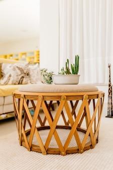 Disparo vertical de una mesa moderna en una bonita sala de estar