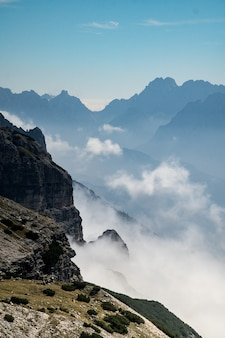 Disparo vertical de montañas neblinosas