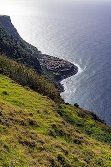 Disparo vertical de una orilla del mar en la isla de madeira, portugal