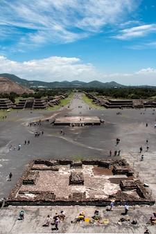 Disparo vertical de personas recorriendo en las pirámides de teotihuacan en méxico