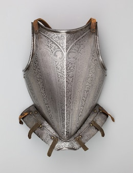 Disparo vertical de una placa de pecho medieval aislado sobre un fondo blanco.