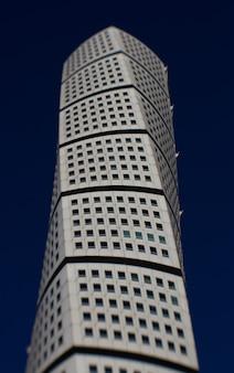 Disparo vertical del rascacielos ankarparken con un cielo azul oscuro en el fondo