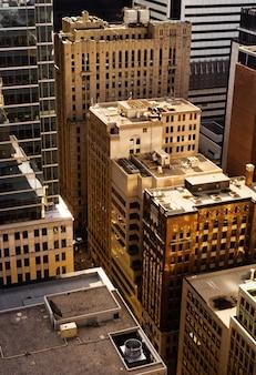 Un disparo vertical de rascacielos en la ciudad de nueva york