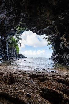 Disparo vertical de la rocosa turtle cove en north shore, kauai, hawaii