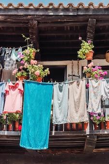 Disparo vertical de ropa colgada en un tendedero
