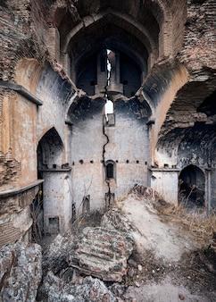 Disparo vertical de las ruinas de la iglesia en tbilisi, georgia