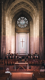 Disparo vertical de un salón de la iglesia con un hermoso interior durante una ceremonia religiosa