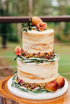Disparo vertical selectivo de cerca de un pastel decorado con higos y nueces