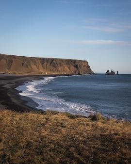 Disparo vertical del territorio en dyrholaey vik en islandia