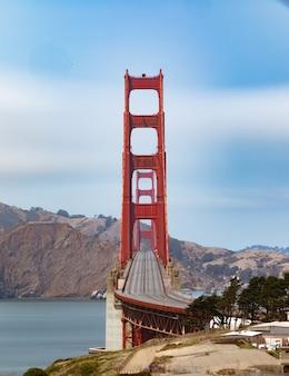 Disparo vertical de vacío golden gate bridge en san francisco, california