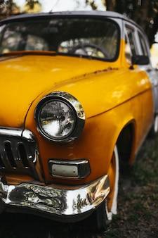 Disparo vertical de un viejo coche de época amarilla