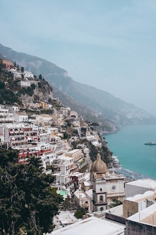 Disparo vertical de la vista de la aldea de positano en italia cerca del mar durante el día