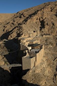 Disparo a vista de pájaro vertical del monasterio de san moisés el abisinio, siria