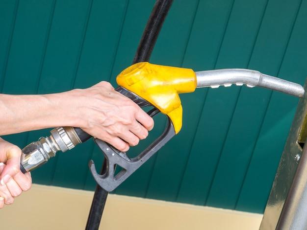 Dispensador de aceite en mano sosteniendo
