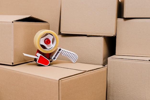 Dispensador de cinta en las cajas de cartón cerradas.