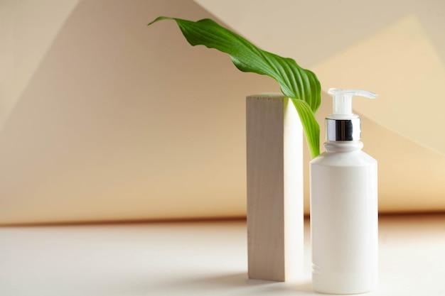 Dispensador de cosméticos blanco con espacio para su logotipo concepto de spa espacio de copia de cuidado de la piel
