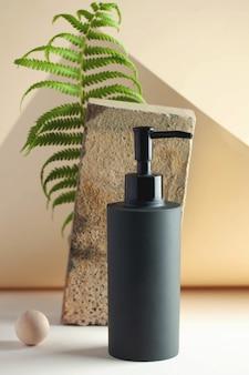 Dispensador de cosméticos gris con espacio para su logotipo concepto de spa espacio de copia para el cuidado de la piel