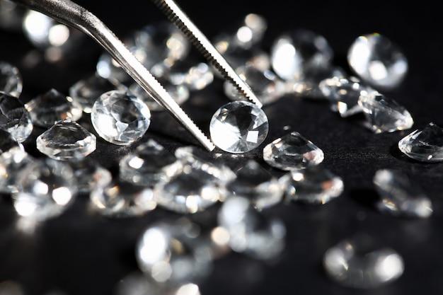 Dispersión de diamantes de estrella blanca sobre negro