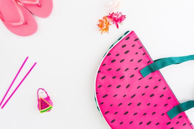 Disposición de accesorios y juguetes infantiles para vacaciones de verano.
