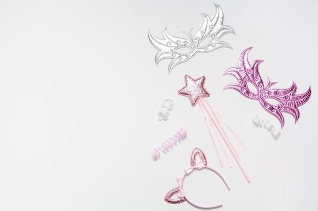 Disposición aleatoria de elementos rosados y plateados.
