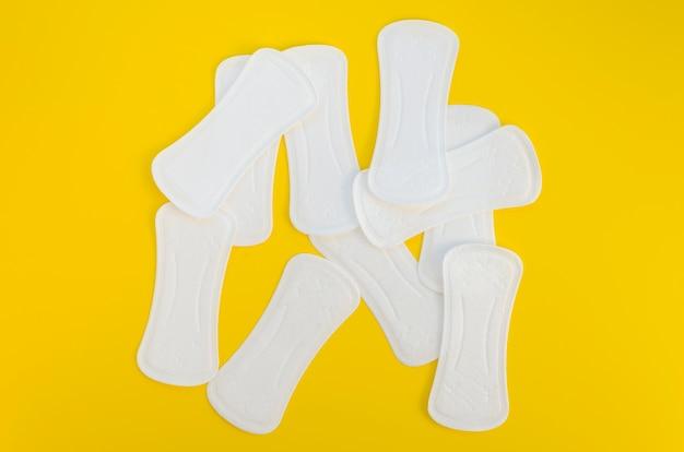 Disposición de almohadillas sobre fondo amarillo.