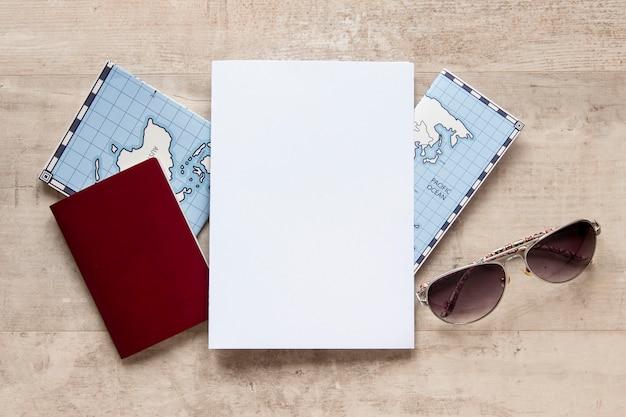 Disposición de artículos de viaje en plano