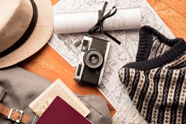 Disposición de artículos de viaje de vista superior