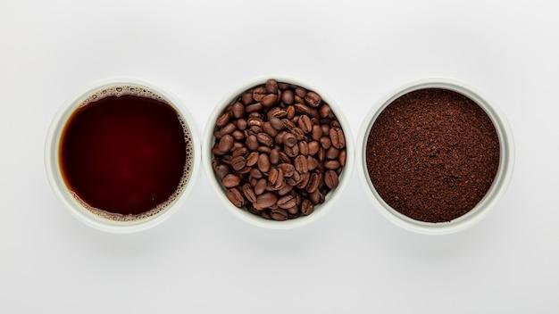 Disposición de café plano sobre fondo blanco.