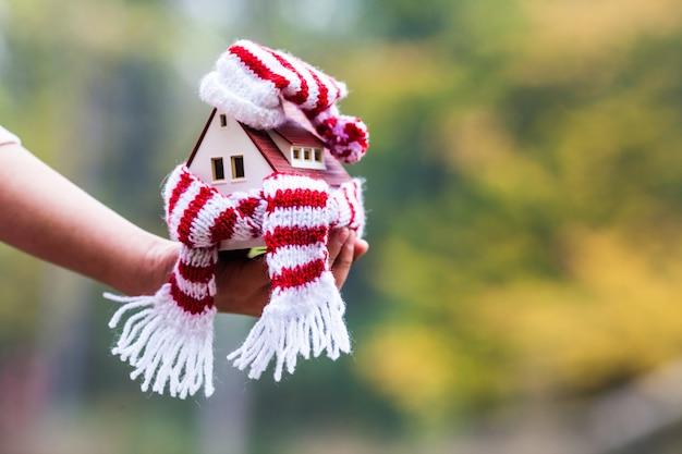 Disposición de la casa envuelta en una bufanda. el concepto de aislamiento de la casa.