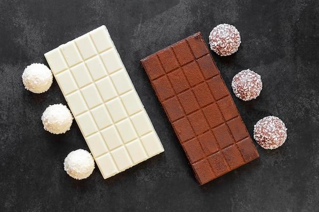 Disposición de chocolate plano sobre fondo oscuro