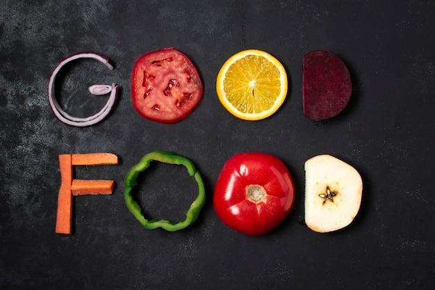 Disposición de comida plana en fondo negro
