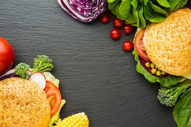 Disposición de comida rápida vegana plana con espacio de copia