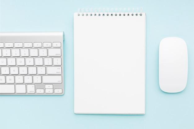 Disposición de concepto de escritorio con mouse