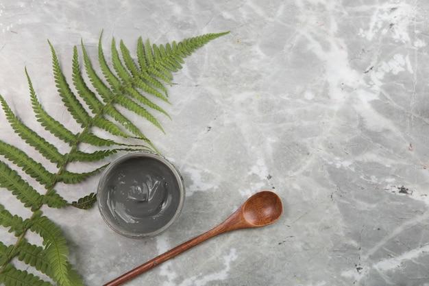 Disposición cosmética plana sobre fondo de mármol