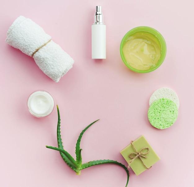 Disposición de cremas corporales de spa y jabón plano