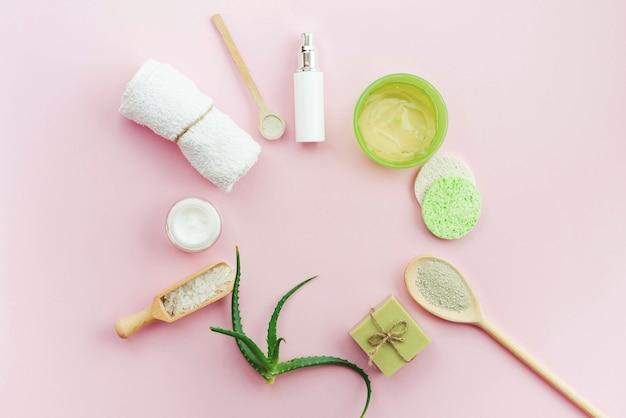 Disposición de cremas corporales para spa y vista superior de jabón