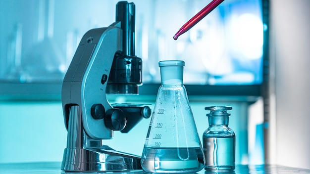 Disposición de cristalería y microscopio