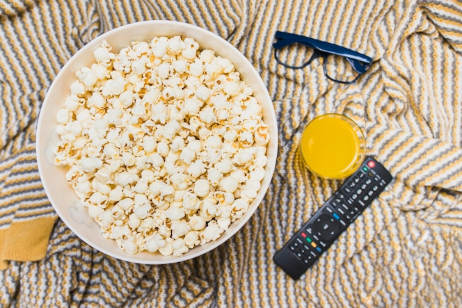Disposición de palomitas de maíz y control remoto de tv