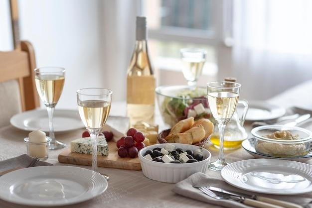 Disposición de deliciosas comidas en la mesa.